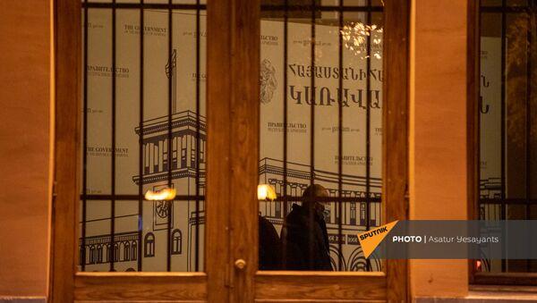 На входных дверях и окнах в здании правительства установили решетки - Sputnik Արմենիա