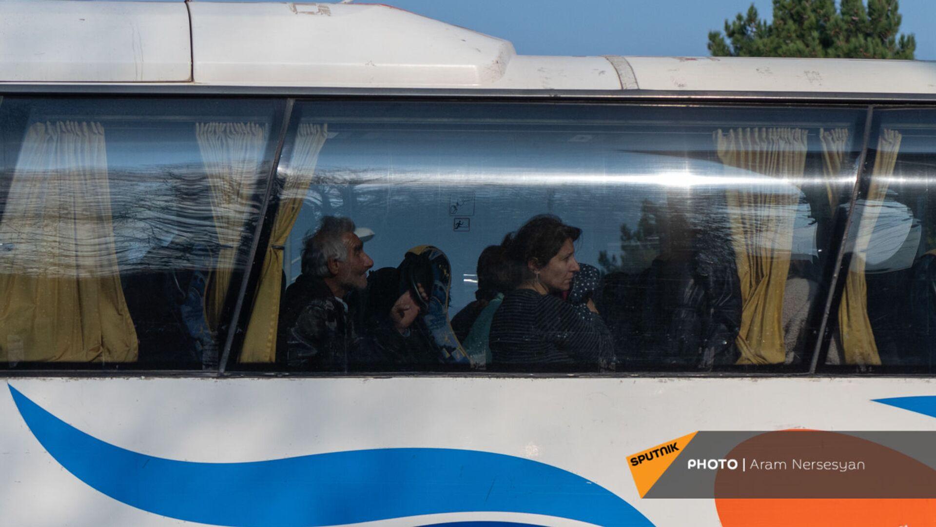 Беженцы из Карабаха прибывают из Армении в Степанакерт (17 ноября 2020). Карабах - Sputnik Армения, 1920, 14.10.2021