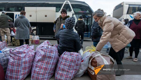 Беженцы из Карабаха прибывают из Армении в Степанакерт (17 ноября 2020). Карабах - Sputnik Армения