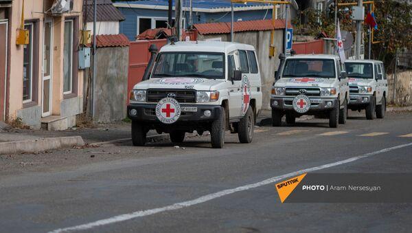 Автомобили Международного Комитета Красного Креста в Степанакерте - Sputnik Արմենիա