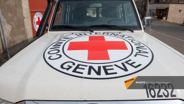 Автомобиль Международного Комитета Красного Креста в Степанакерте - Sputnik Արմենիա