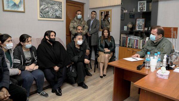 Министр обороны Давид Тоноян на встрече с родственниками пропавших военнослужащих (19 ноября 2020). Еревaн - Sputnik Армения