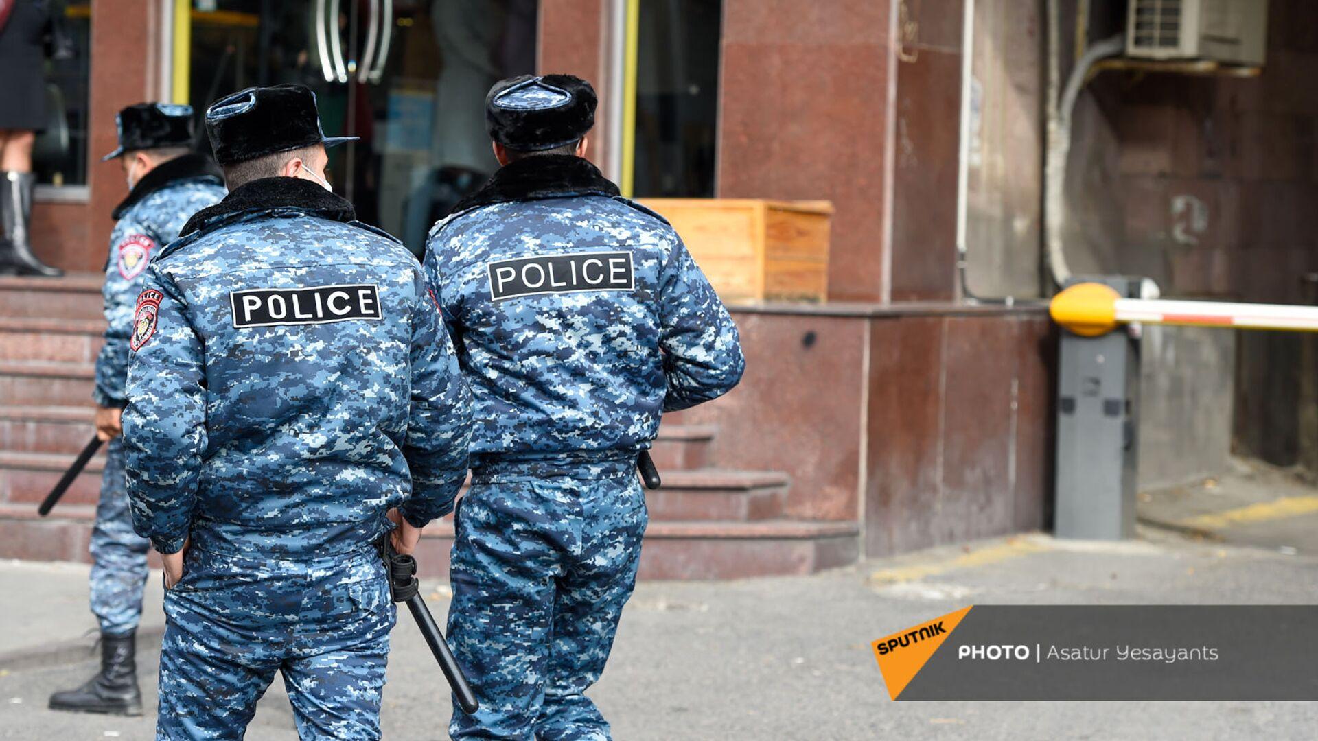 Полицейские во время акции протеста молодежи против премьер-министра (19 ноября 2020). Еревaн - Sputnik Армения, 1920, 14.10.2021