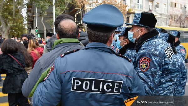 Полицейские задерживают участников акции протеста молодежи против премьер-министра (19 ноября 2020). Еревaн - Sputnik Армения