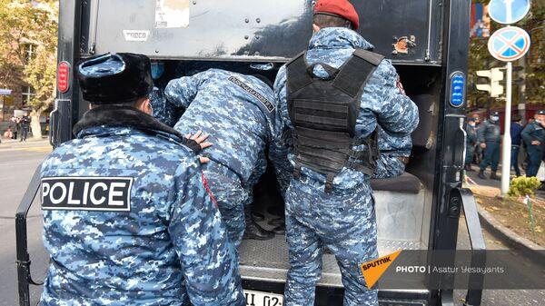 Полицейские во время акции протеста молодежи против премьер-министра (19 ноября 2020). Еревaн - Sputnik Армения