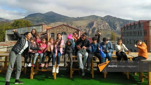 Карабахские дети в отеле в Горисе - Sputnik Արմենիա