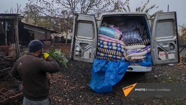 Жители деревень Мартакертского района перед сдачей территорий азербайджанской стороне (18 ноября 2020). Карабах - Sputnik Армения