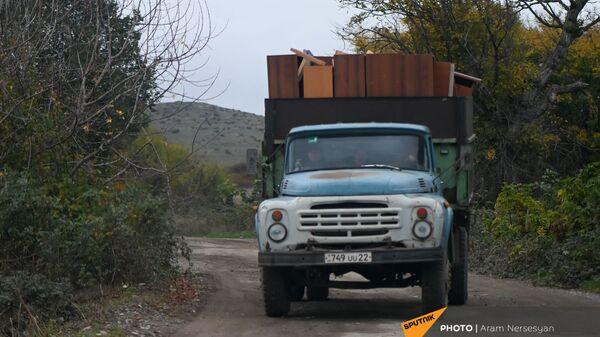 Жители села Угтасар Аскеранского района Карабаха покидают свои дома перед сдачей территорий азербайджанской стороне (19 ноября 2020). Карабах - Sputnik Արմենիա