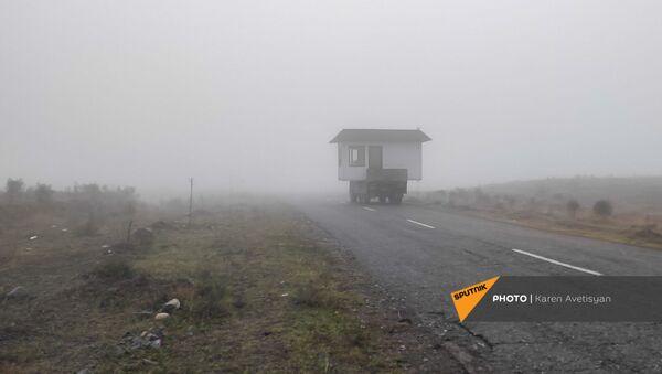 Грузовик перевозит каркас дома по трассе между Мартакертским и Аскеранским районами (18 ноября 2020). Карабах - Sputnik Արմենիա