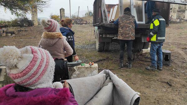 Жители села Нор Марага Мартакертского района Карабаха покидают свои дома перед сдачей территорий азербайджанской стороне (19 ноября 2020). Карабах - Sputnik Армения