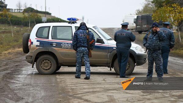 Блокпост полиции на дороге Степанакерт-Мартакерт в Аскеранском районе (20 ноября 2020). Карабах - Sputnik Армения