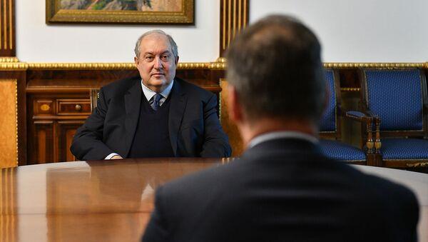 Президент Армен Саркисян встретился с Чрезвычайным и Полномочным Послом Франции в Армении Джонатаном Лакотом (20 ноября 2020). Еревaн - Sputnik Արմենիա