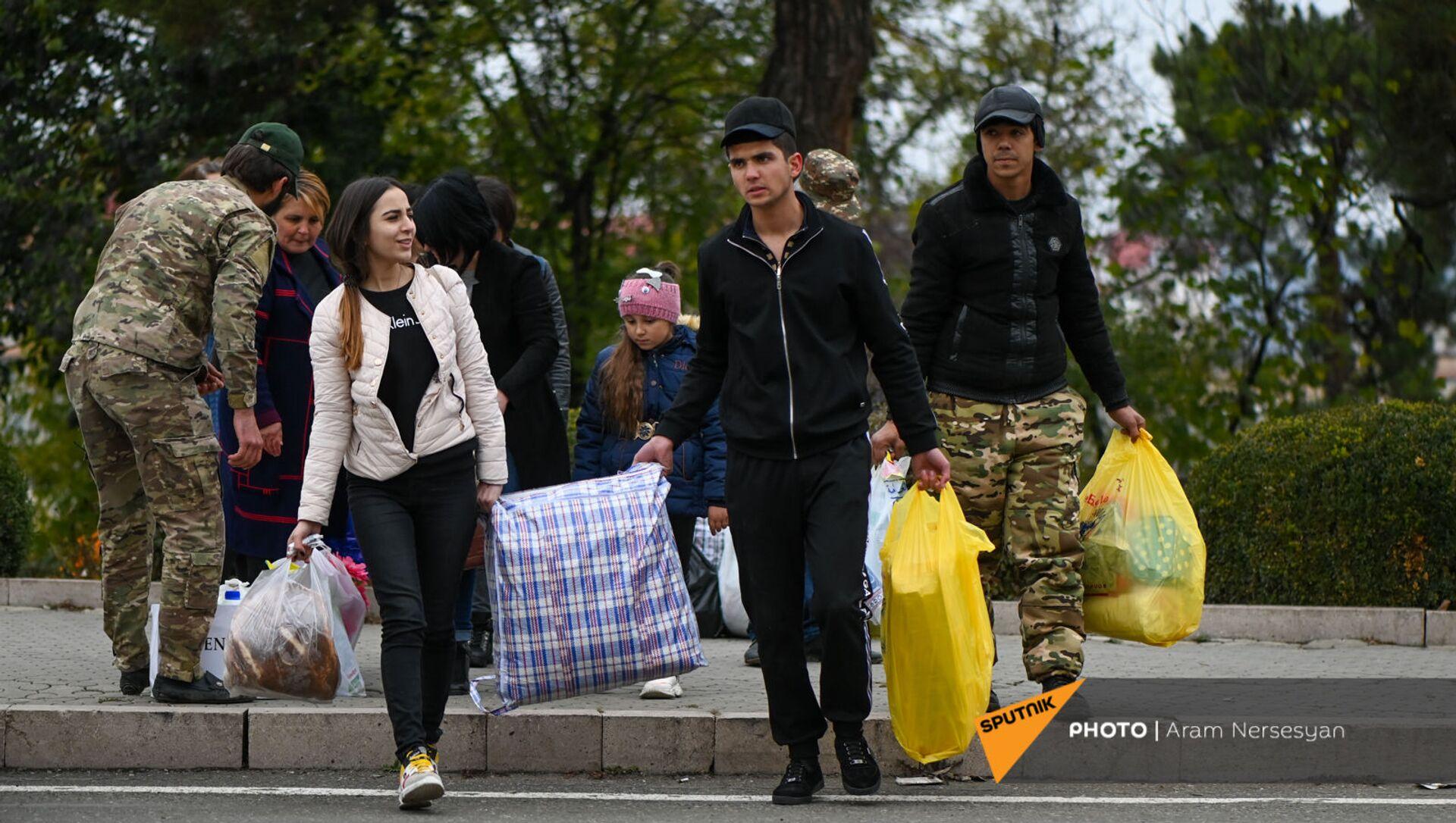 Беженцы из Карабаха прибывают из Армении в Степанакерт (20 ноября 2020). Карабах - Sputnik Արմենիա, 1920, 16.07.2021
