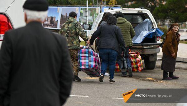 Беженцы из Карабаха прибывают из Армении в Степанакерт (20 ноября 2020). Карабах - Sputnik Армения