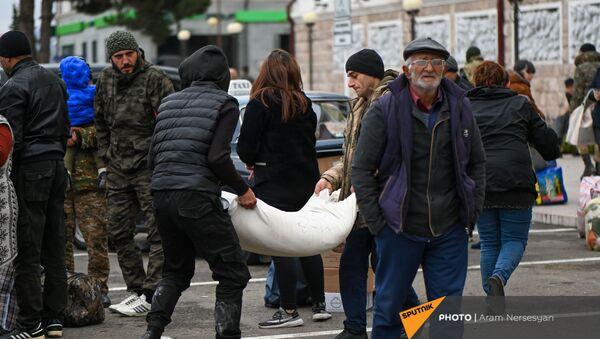 Беженцы из Карабаха прибывают из Армении в Степанакерт (20 ноября 2020). Карабах - Sputnik Արմենիա