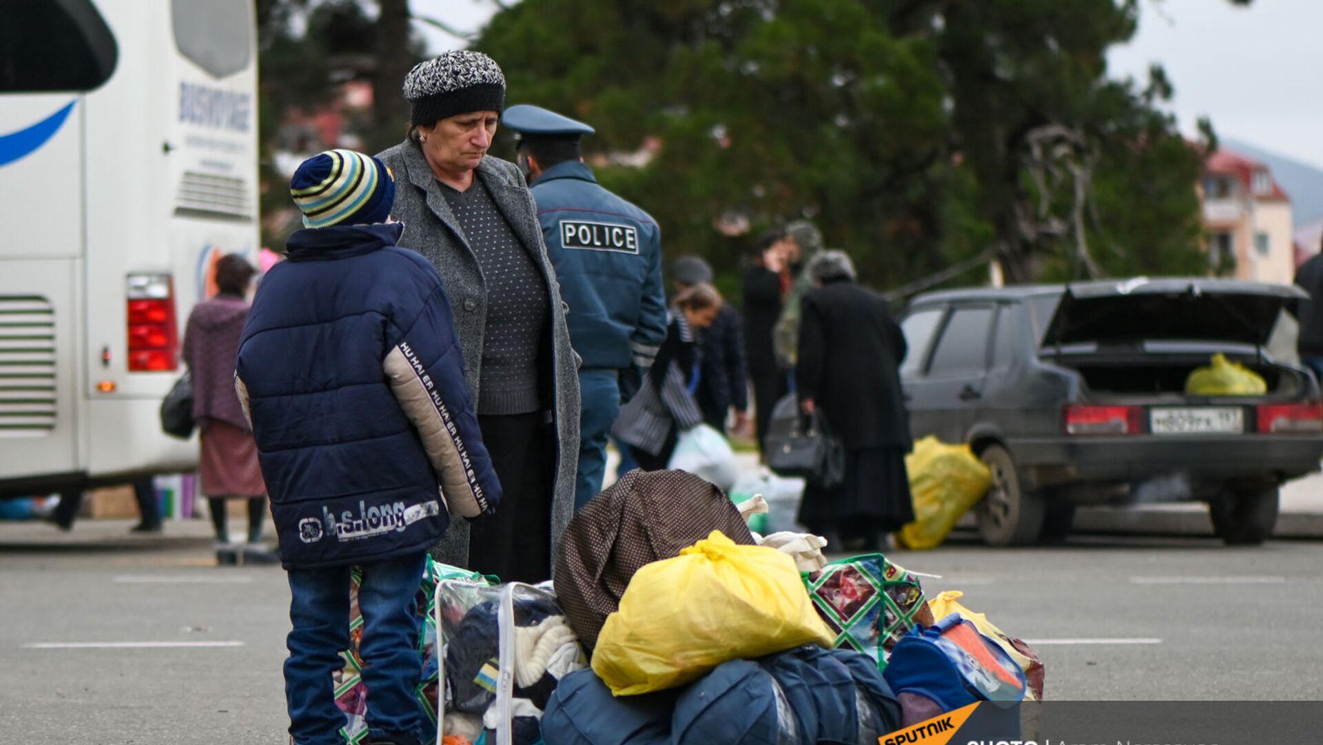 Беженцы из Карабаха прибывают из Армении в Степанакерт (20 ноября 2020). Карабах - Sputnik Արմենիա, 1920, 29.08.2021