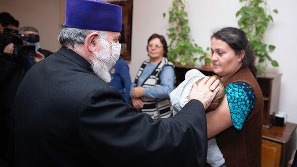 Католикос Гарегин Второй посетил приютившихся в Эчмиадзине беженцев из Карабаха (19 ноября 2020). Эчмиадзин - Sputnik Արմենիա