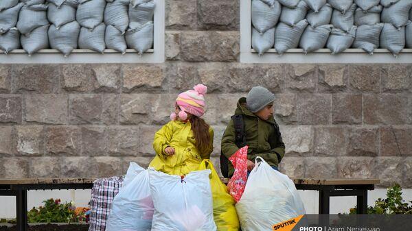 Дети из села Кирсаван ждут маму на площади в Степанакерте - Sputnik Արմենիա