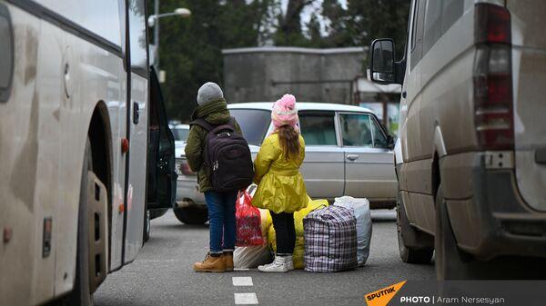 Дети из села Кирсаван ждут маму на площади в Степанакерте - Sputnik Армения