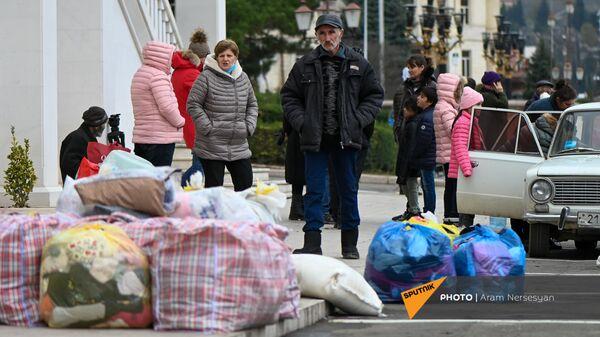 Карабахские беженцы прибывают из Армении в Степанакерт - Sputnik Армения