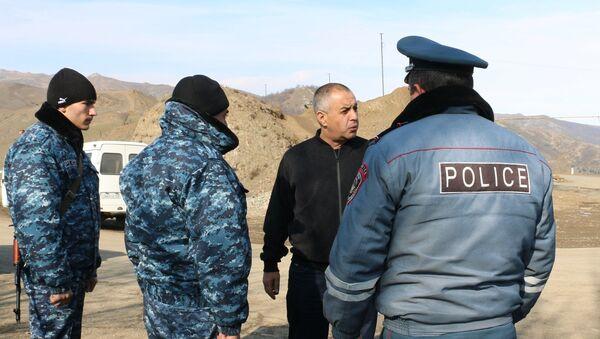 Начальник полиции НКР генерал-майор Ашот Акопджанян посетил блокпосты на дороге Степанакерт-Горис (22 ноября 2020). Карабах - Sputnik Արմենիա