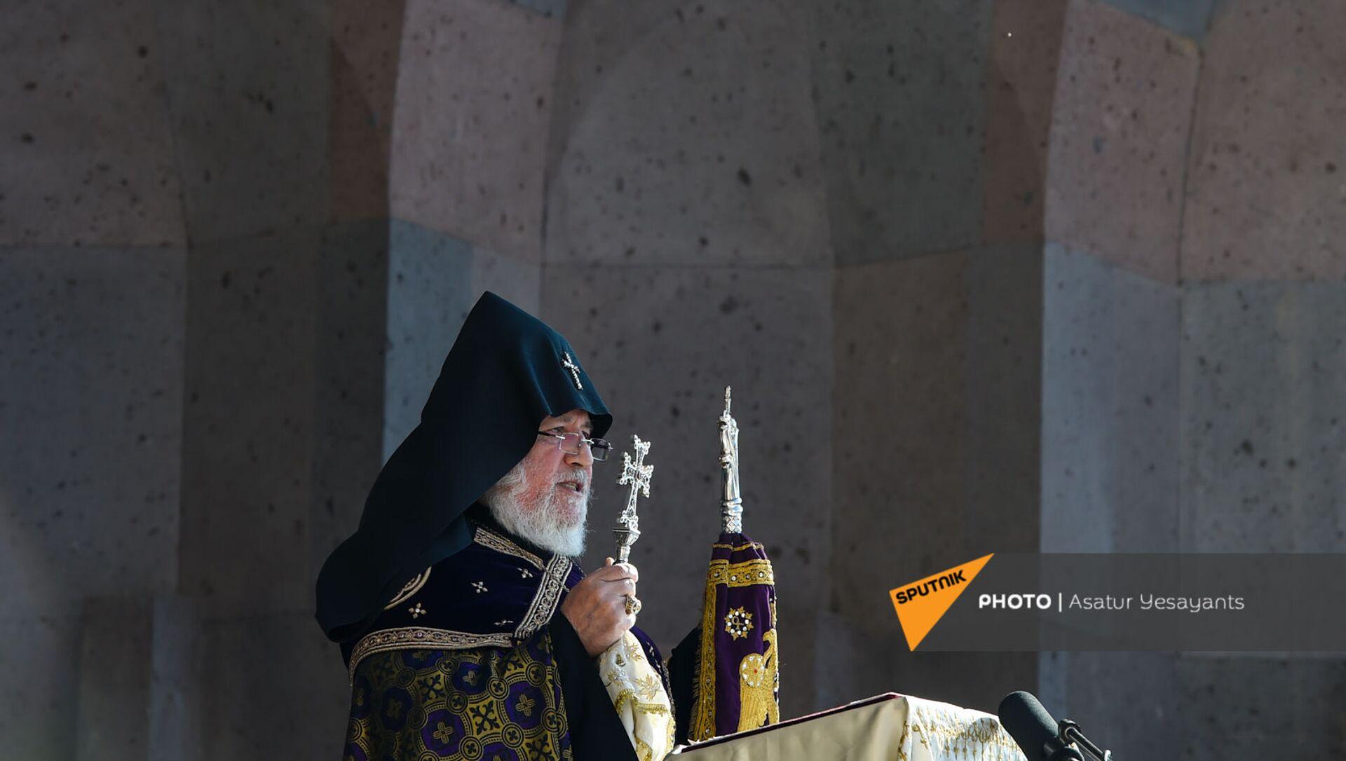 Католикос Гарегин II проводит поминальную службу в память о павших в карабахской войне героях в Первопрестольном Святом Эчмиадзине (22 ноября 2020). Эчмиадзин - Sputnik Արմենիա, 1920, 02.09.2021