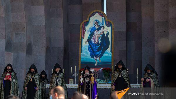 Поминальная служба в память о павших в карабахской войне героях в Первопрестольном Святом Эчмиадзине (22 ноября 2020). Эчмиадзин - Sputnik Արմենիա