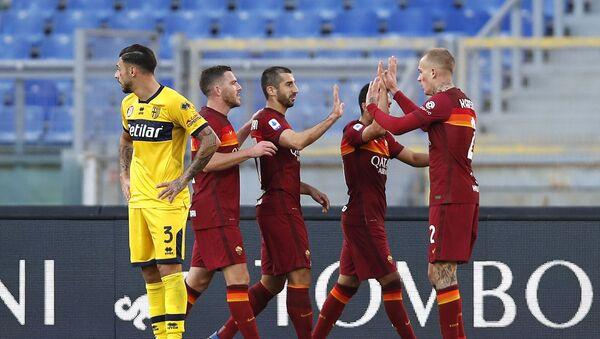 Генрих Мхитарян (третий слева) радуется после забитого третьего гола своей команды в футбольном матче серии А между Ромой и Пармой на Олимпийском стадионе (22 ноября 2020). Рим - Sputnik Армения