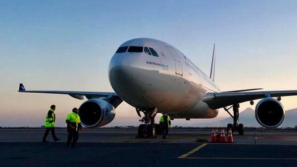 Самолет из Франции с медицинским оборудованием и лекарствами для карабахцев, временно проживающих а Армении (22 ноября 2020). Еревaн - Sputnik Արմենիա