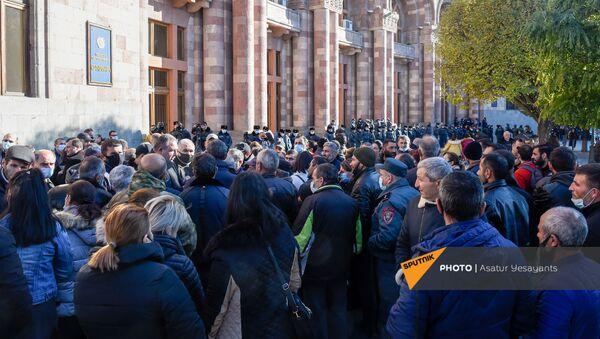 Родственники пропавших без вести военнослужащих во время войны в Карабахе у Дома правительства (24 ноября 2020). Еревaн - Sputnik Արմենիա