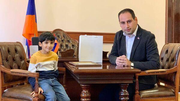 Мэр Армавира Давид Худатян встретился с юным жителем города Ваге Ованнисяном (24 ноября 2020). Авмавир - Sputnik Արմենիա