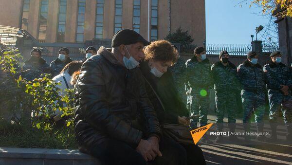 Родственники пропавших без вести военнослужащих во время войны в Карабахе у здания посольства России (24 ноября 2020). Еревaн - Sputnik Армения