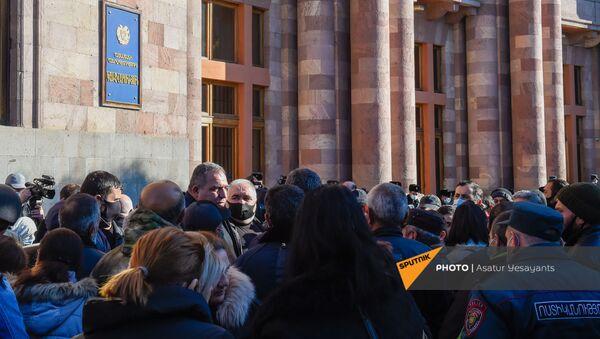 Родственники пропавших без вести военнослужащих во время войны в Карабахе у здания Правительства (24 ноября 2020). Еревaн - Sputnik Армения