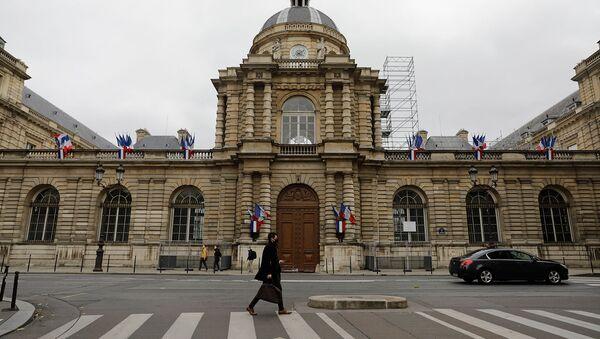 Мужчина проходит мимо здания Сената (27 сентября 2020). Париж - Sputnik Армения