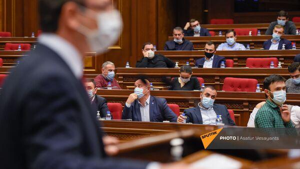 Депутаты фракции Мой шаг следят за выступлением Геворга Горгисяна во время внеочередного заседания Парламента Армении (26 ноября 2020). Еревaн - Sputnik Արմենիա