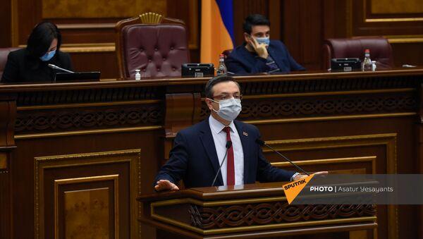 Депутат от фракции Просвещенная Армения Геворг Горгисян во время внеочередного заседания Парламента Армении (26 ноября 2020). Еревaн - Sputnik Արմենիա