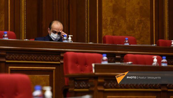Депутат от фракции Просвещенная Армения Тарон Симонян перед началом внеочередного заседания Парламента Армении (26 ноября 2020). Еревaн - Sputnik Արմենիա