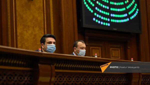 Вице-спикеры Национального Собрания Ален Симонян и Ваге Энфиаджян во время внеочередного заседания Парламента Армении (26 ноября 2020). Еревaн - Sputnik Армения