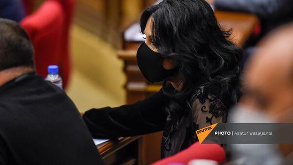 Депутат от фракции Процветающая Армения Наира Зограбян во время внеочередного заседания Парламента Армении (26 ноября 2020). Еревaн - Sputnik Արմենիա