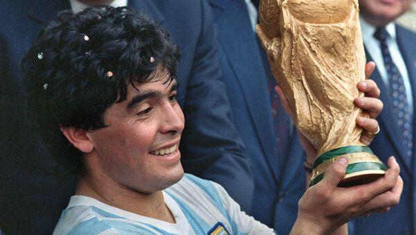 Капитан сборной Аргентины по футболу Диего Армандо Марадона показывает Кубок мира по футболу, выигранный его командой (29 июня 1986). Мехико - Sputnik Армения