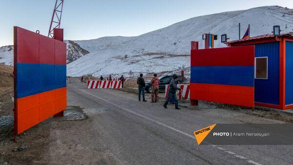 Железные ворота на дороге Сотк-Карвачар (24 ноября 2020). Карабах - Sputnik Армения