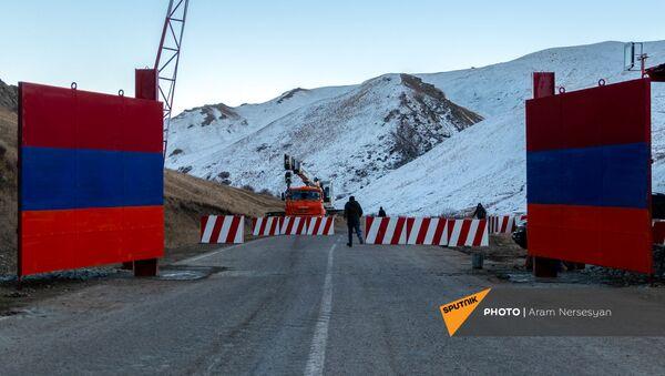 Железные ворота на дороге Сотк-Карвачар (24 ноября 2020). Карабах - Sputnik Արմենիա