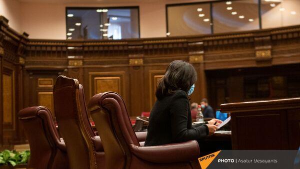 Вице-спикер Национального собрания Лена Назарян перед началом внеочередного заседания Парламента Армении (26 ноября 2020). Еревaн - Sputnik Армения