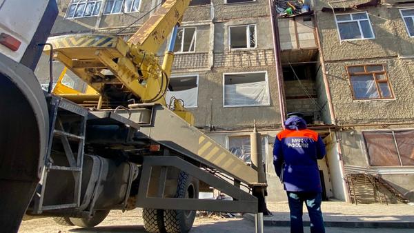 Оперативная группировка МЧС России совместно с представителями администрации Степанакерта занимаются распределением и передачей стройматериалов пострадавшему населению (27 ноября 2020). Карабах - Sputnik Армения