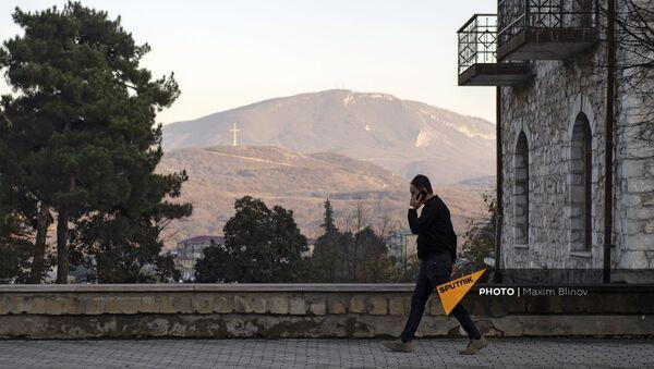 Мужчина с телефоном на улице в Степанакерте - Sputnik Армения
