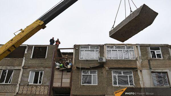 Работы по восстановлению жилого дома в Степанакерте, пострадавшего от обстрела - Sputnik Армения