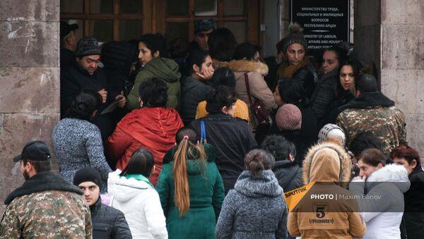 Жители Карабаха в очереди за социальным пособием в Степанакерте - Sputnik Արմենիա