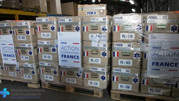 Министр здравоохранения Арсен Торосян и Госсекретарь иностранных дел Франции Жан-Батист Лемуан во время церемонии передачи гуманитарной помощи из Франции (27 ноября 2020). Еревaн - Sputnik Արմենիա