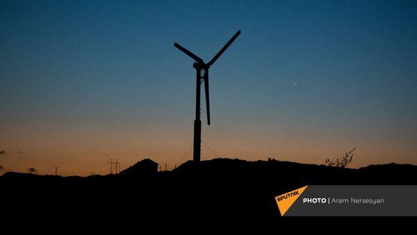 Ветряная электростанция рядом с трассой М10 в Гегаркуникской области - Sputnik Армения