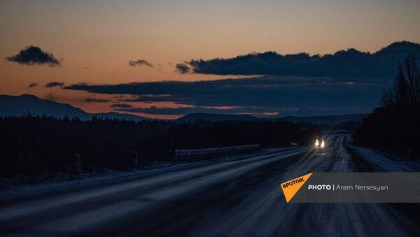 Автомобиль на трассе М10 в Гегаркуникской области Армении - Sputnik Արմենիա